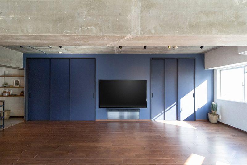 ダークカラーで統一された開放的な空間