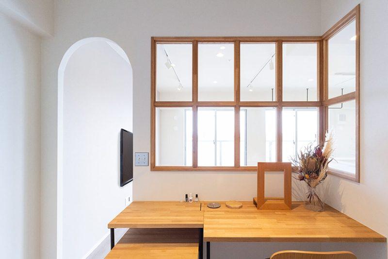 ウッドの室内窓で開放感ある空間